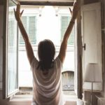 změnu-zena u okna